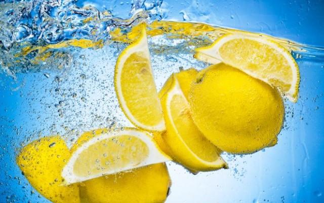 DIY Gesichtswässer: Zitrone und Petersilien.