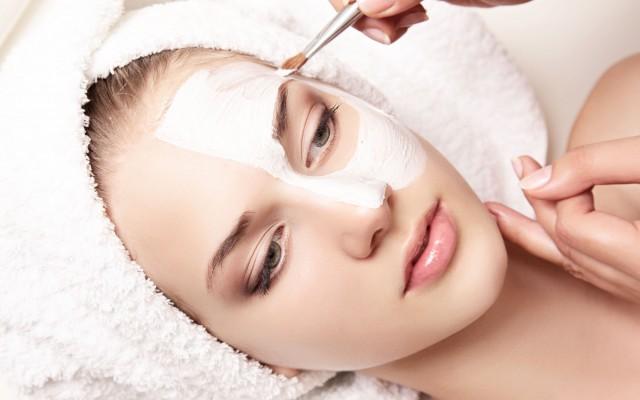 Die Schuppung der Oberhaut: chemisches Peeling in dem Schönheitssalon