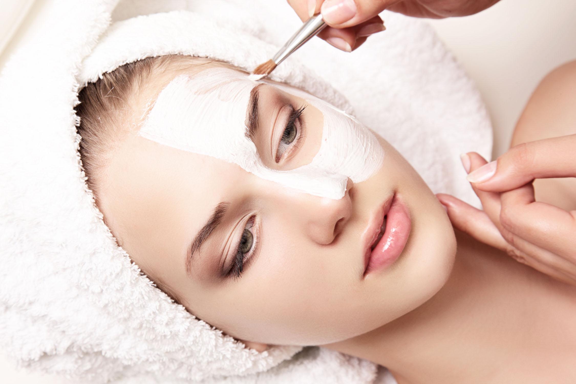 Die Schuppung der Oberhaut chemisches Peeling in dem Schönheitssalon