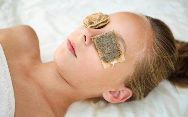 Hausgemachte Augenkompressen, also Methoden gegen Müdigkeit und Anschwellungen